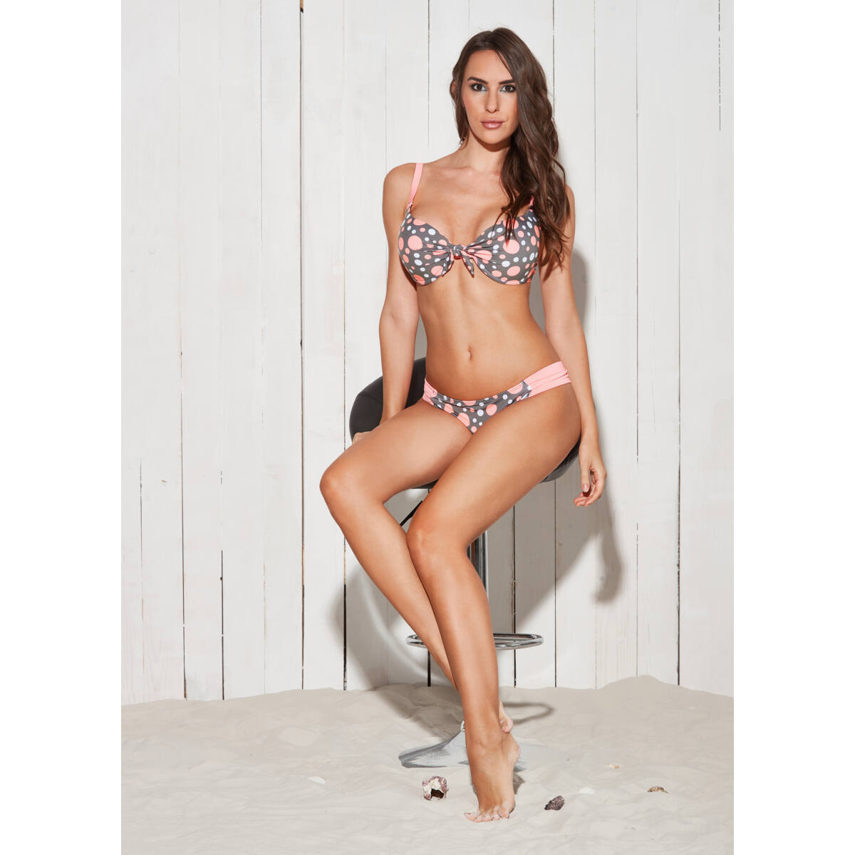 Szürke-barack-fehér pöttyös D kosaras melltartó fazonú bikini.